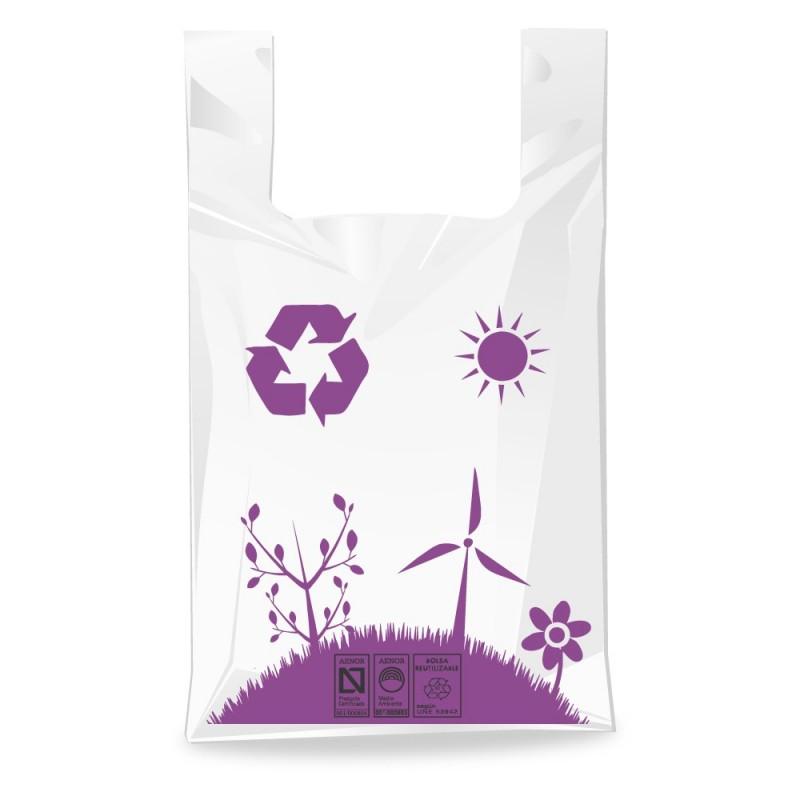 olsa de plástico blanca con asa de camiseta, impresa con un paisaje y un molino fabricada un 70% de material reciclado.