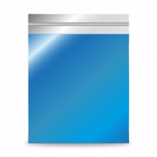 Sobre de plástico metalizado color azul. El sobre tiene brillo, contiene una laminado con plástico reciclado.