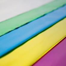 Sobre de plástico metalizado color amarillo. El sobre tiene brillo, contiene una laminado con plástico reciclado.
