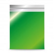 Sobre de plástico metalizado color verde. El sobre tiene brillo, contiene una laminado con plástico reciclado.