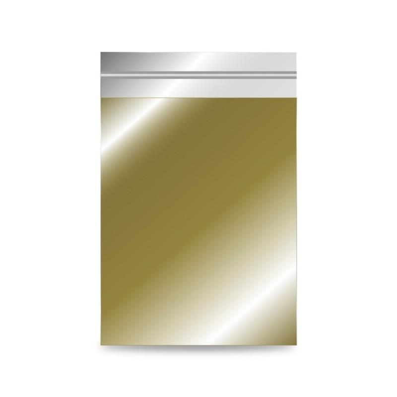 Sobre de plástico metalizado color oro, con una medida de 20x30/26 centímetros.