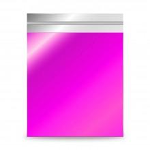 Sobre de plástico metalizado rosa fucsia, con una medida de 35x48 centímetros. Sobre para regalos, con autocierre adhesivo.